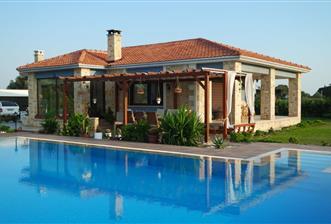 Foça da muhteşem konumda satılık geniş arazili çiftlik evi