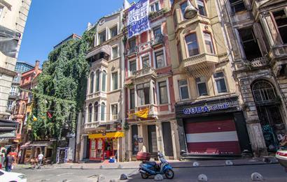 Beyoğlu taksim de turizme uygun caddeye yakın satılık bina