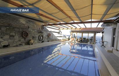 Foçada denize sıfır özel plajlı tam mustakil havuzlu villa